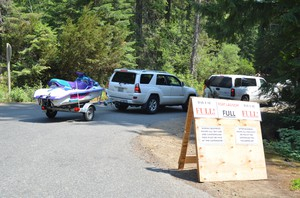 Visitors to Kachess Lake queue up forparking. EILIS O'NEILL,KUOW/EARTHFIX