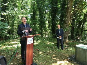 Portland's City Commissioner Nick Fish thanks the Kehoe Family at an 'ivy-cutting' ceremony for the donation of 22 acres on July 26, 2019.